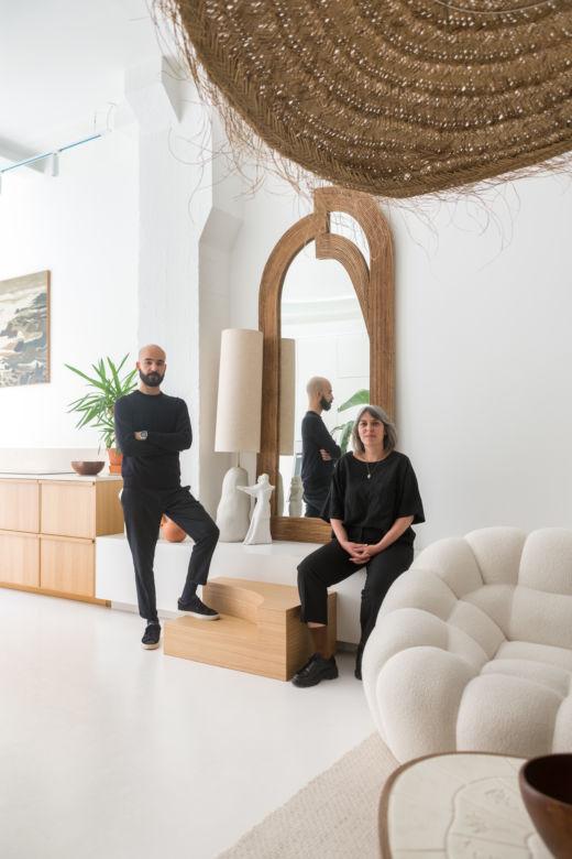 Suspension en rotin et canapé blanc chez Morgane Urbain et Emmanuel Cruellas au Pré-Saint-Gervais