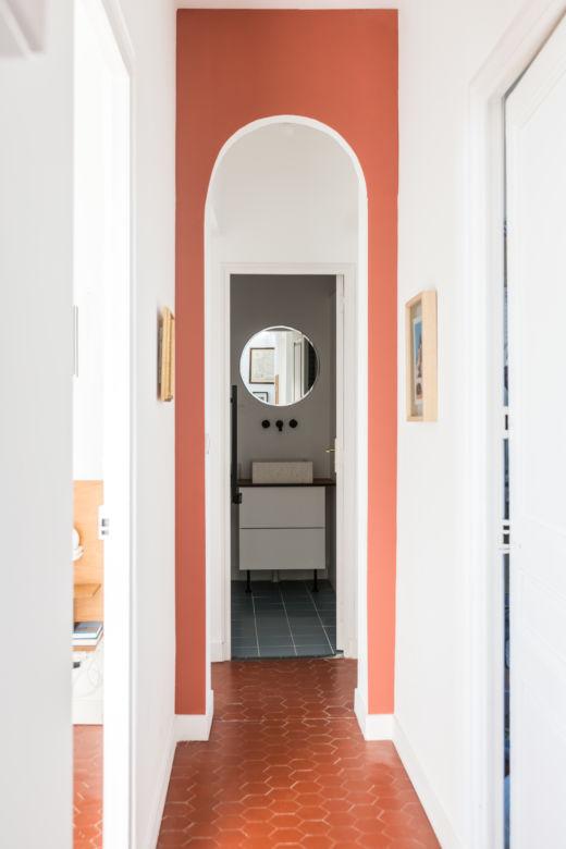 Couloir couleur Terracotta avec tomette au sol chez Axel et Mélissa Chay à Marseille