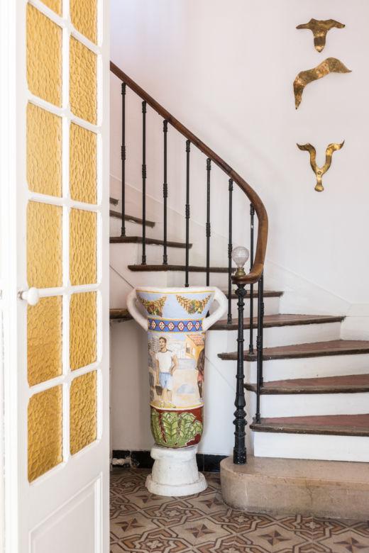 Escalier en bois et mosaïque au Pavillon Southway à Marseille
