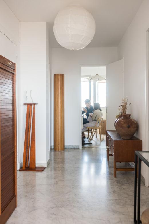 Couloir avec sol en marbre et mobilier en bois chez Sarah Espeute et Lucas Marin-Matholaz à Marseille