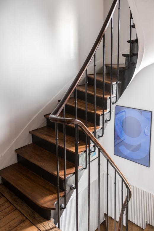 Escalier en bois et tableau chez Babeth et William Marlin à Paris