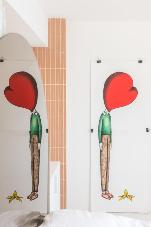 Chambre blanche avec oeuvre de Charlotte Lebon chez Christophe Juville à Marseille