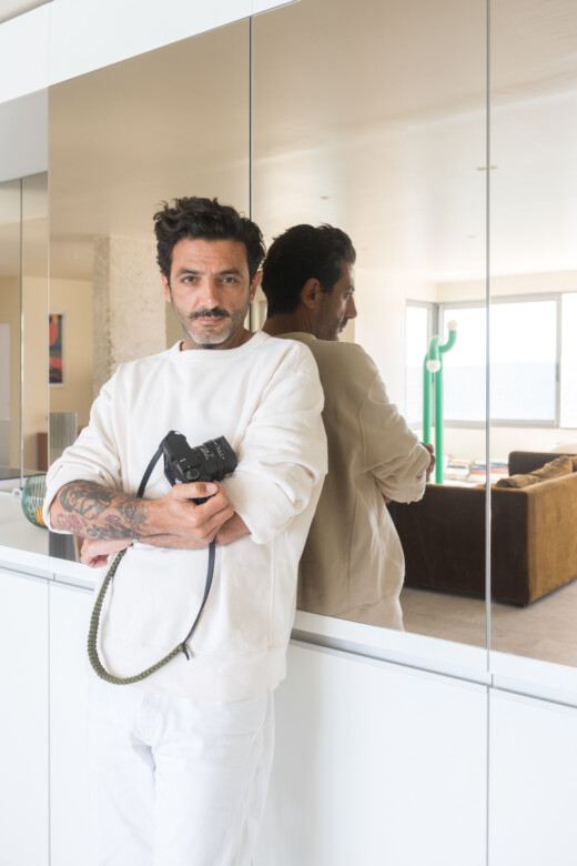 Portrait de Christophe Juville dans sa cuisine miroir à Marseille