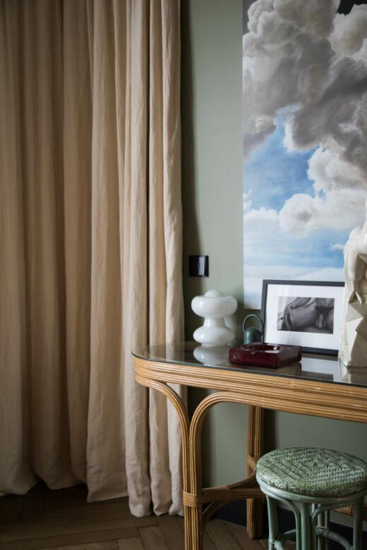 Console en bois et en verre dans la chambre d'Hugo Toro à Paris