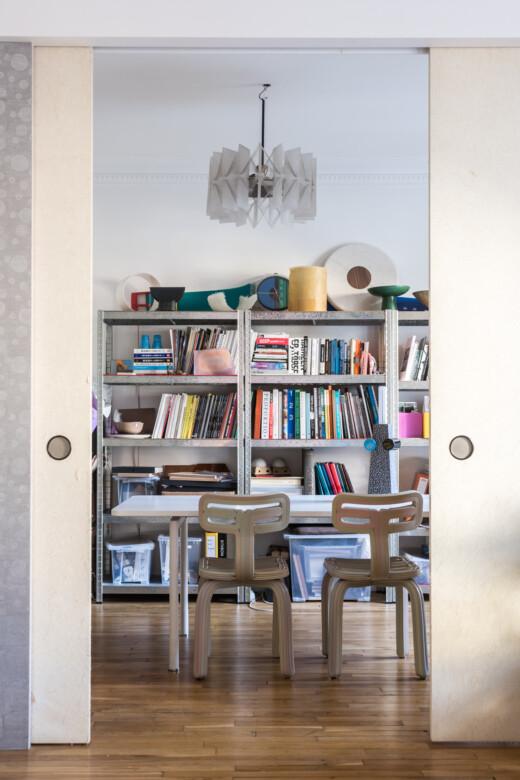 Chaises ondulation et bibliothèque chez Julien Sebban & Jonathan Wray à Paris