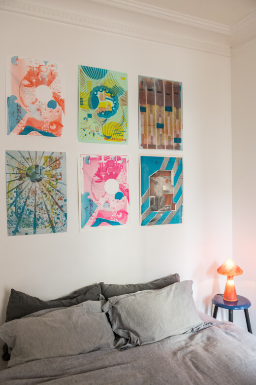 Chambre avec draps en lin et sérigraphies au dessus du lit chez Julien Sebban & Jonathan Wray à Paris