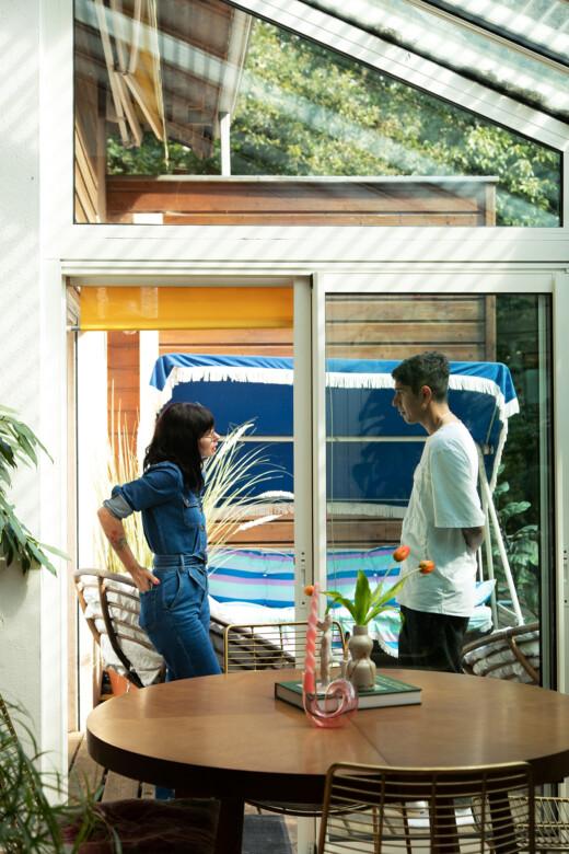 Natacha Birds et son mari dans leur salon veranda à Périgueux