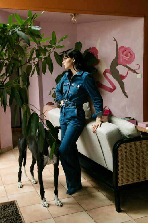 Natacha Birds et son chien dans son salon à Périgueux