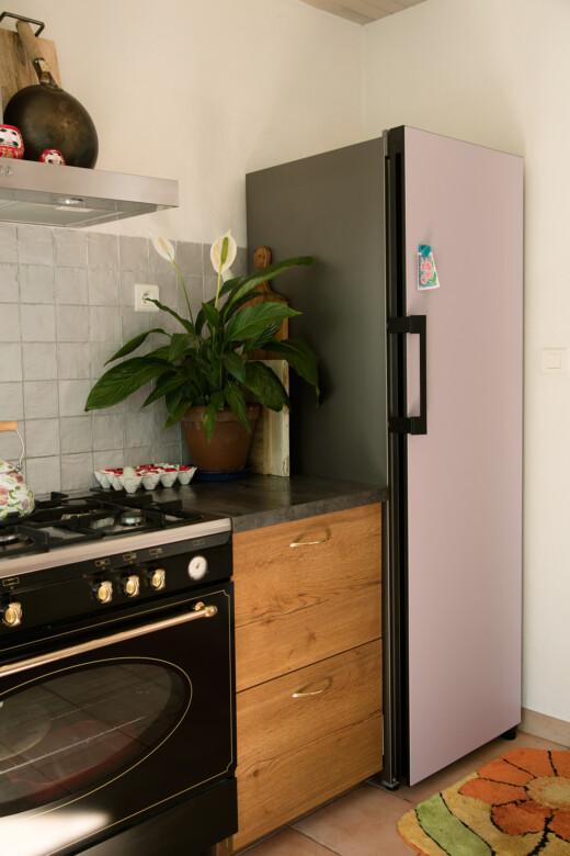 Coin cuisine avec meuble en bois et réfrigérateur Bespoke Samsung chez Natacha Birds à Périgueux
