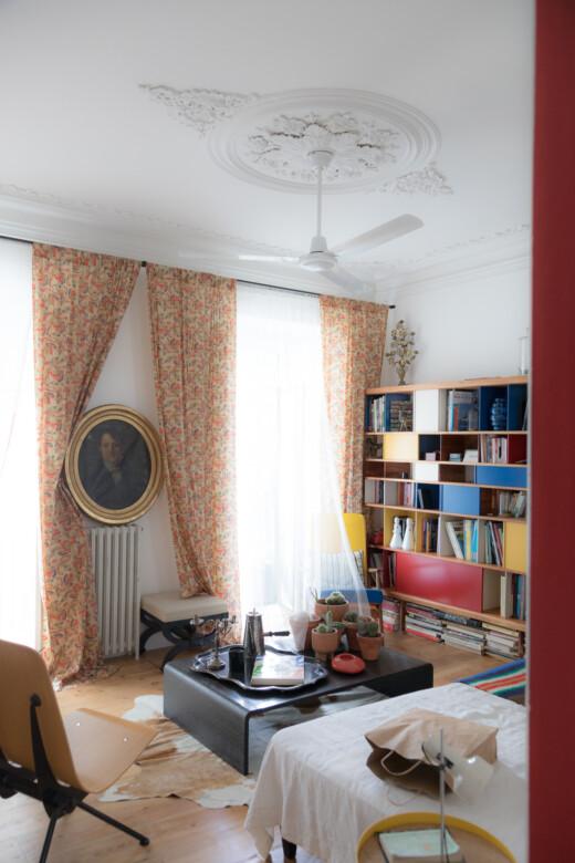 Salon de Brune de la Guerrande avec bibliothèque et table basse noire à Lisbonne